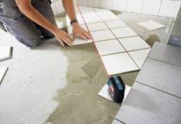 Таким чином нівелір допомагає викласти підлогу кахельною плиткою бездоганно рівно